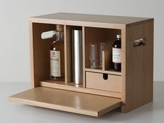 Diy Wood Projects, Wood Crafts, Woodworking Projects, Wooden Art, Wooden Boxes, Wood Hamper, Mid Century Bar Cabinet, Wooden Chair Plans, Whiskey Gift Set