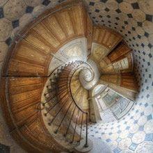 Spiral staircase in the Galerie Vivienne, Paris (Vincent Montibus) - great photo Rue Montorgueil, Galerie Vivienne, Architecture Unique, Staircase Architecture, Stair Steps, Stairway To Heaven, Abstract Photography, Bokeh Photography, Stairways
