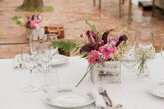 Cajones de madera pintados, vintage, que contienen flores, para la decoración de tus eventos.   #Cajones #madera #pintados #vintage#flores #decoración #eventos