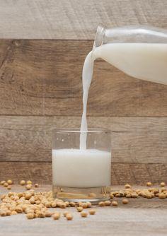 Ist Sojamilch wirklich ungesund? Sind Milchalternativen voller Zucker und fehlt dem Körper ohne Milch Calcium? Wir gehen den 5 häufigsten Irrtümern rund um vegane Drinks auf den Grund. #milchalternative #faktencheck #info #blog #vegan #milch #laktosefrei #gesund #joyaworld #joya #calcium #zuckerfrei Glass Of Milk, Blog, Soy Milk, No Sugar, Alternative, Round Round, Products, Simple, Blogging