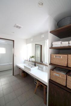 両サイドに窓を設けた明るい洗面スペースです。<br /> リネン棚は、扉をつけることも考えられますが、かごなどを使って整理すれば棚だけでも十分ですし、機能的です。 専門家:長井義紀が手掛けた、洗面(清瀬・清爽の家)の詳細ページ。新築戸建、リフォーム、リノベーションの事例多数、SUVACO(スバコ)