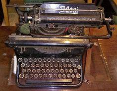 Zachovalý psací stroj Ideal.