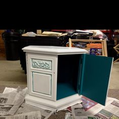 Old Veneer end table, turned nightstand/dog bed on bottom-I like the idea of having the pop of color on the inside. Reclaimed Furniture, Repurposed Furniture, Furniture Decor, Painted Furniture, Dog House Bed, House Beds, Redo End Tables, Side Tables, Repurposed Items