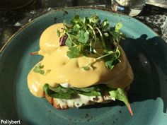 Eggs Benedict in Vienna (Part 2) - they still look different in every place Breakfast Pizza, Breakfast Dishes, Breakfast Casserole, Mexican Breakfast Recipes, Brunch Recipes, Onsen Egg, Sesame Bagel, Breakfast Around The World, Eggs Florentine
