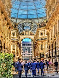 In giacca.... come fanno con questo caldo lo sanno solo loro! :-) Foto di Andrea Mio #milanodavedere Milano da Vedere