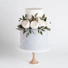 Ultra elegant cake for a grey and white weddingCake is by @cake_ink | Photography by @sotiriasophie | #greywedding #weddingcake #weddingcolors #elegantwedding #weddingchicks  Instagram Profile: @weddingchicks  Source/Origem: https://www.instagram.com/p/BYLkzyzFX7U/