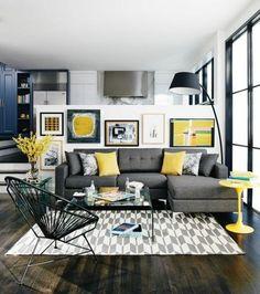 charmante déco salon moderne, tapis gris et blanc, canapé gris foncé, petites touches jaunes