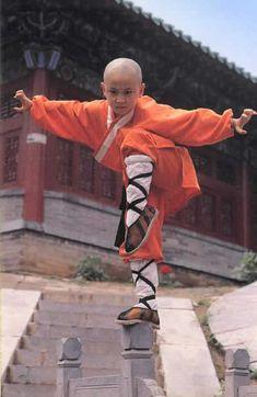 """13. """" O Kung-Fu Shaolin abrangia: vivência integral budista; estudo das filosofias budista e taoista; meditação; desenvolvimento da consciência da espiritualidade e a prática das artes marciais ( wu shu, como se diz na China)"""" (Fonte: Prof. Laércio Fonseca) - Da pasta: Tradições, Mitologias, Ícones, Holismo. Young Shaolin monk."""
