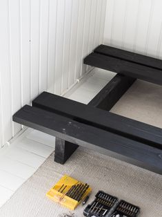 How did we build a perfect daybed? All we needed was a plank, paint and a high-quality futon mattress. See instructions and pictures here! Daybed Room, Diy Daybed, Living Furniture, Home Furniture, Furniture Design, Modul Sofa, Diy Couch, Asian Decor, Diy Home Decor