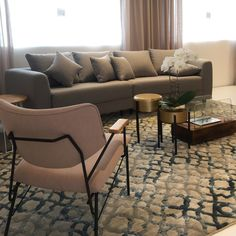 Uma sala com tons femininos, rosas, azuis, cinzas Couch, Furniture, Home Decor, Pink Grey, Blue Roses, Architecture Office, Shades, Settee, Decoration Home