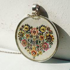 Folkowo mi czyli wisior z grafika przedstawiającą serce w stylu folkowym ozdobione elementami zegarkowymi