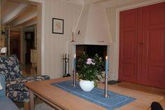 I det ene hjørnet av stuen står en koselig peis. Decor, Furniture, Home, Oversized Mirror, Mirror