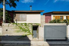 Construído pelo Rocco Arquitetos na São Paulo, Brazil na data 2013. Imagens do Ana Mello. Na reforma desta casa da década de 40, acliente, uma mulher solteira, queria um espaço mais livre e fluido, assim, q...