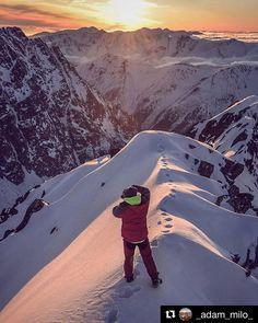 Ako ideš spať? Ak menej komfortne tak odmenou môže byť aj takáto nádhera...  #praveslovenske od @_adam_milo_  Vítanie slnka snáď na víkend budeme tiež mať možnosť opäť takto vítať  #slovakia #slovensko #tatramountains #tatry #peaks #rocks #sunrise #sunset #sun #snow #winter #mountains #nature #landscape #adventure #hiking #hills