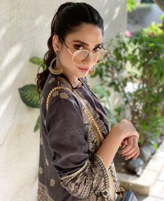 Modern Bungalow Exterior, Ethnic Outfits, Pakistani Actress, Casual Dresses, Bollywood, Actresses, Actors, Celebrities, Beauty
