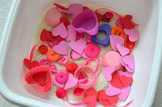 Moje a Adamkovo ihrisko: Svätý Valentín a ružový sensory box