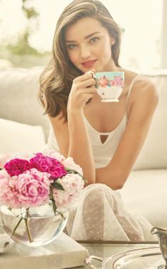 The Miranda Kerr for Royal Albert collection is perfect for the sophisticated woman, who enjoys to celebrate with friends or simply when she needs to take time for herself with a nice cup of tea.
