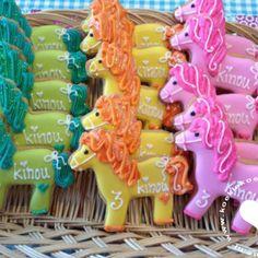 Koekjes paardjes om bijvoorbeeld te trakteren op school. Baby Cookies, Sugar Cookies, Cookie Bouquet, Pony Party, Farm Party, Party Treats, Holidays And Events, Cookie Decorating, Kids Meals