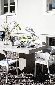 Gjutet betongbord och IKEAstolar (House of Philia)