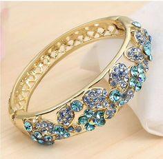 Beautiful bracelet Cute Jewelry, Jewelry Accessories, Jewelry Design, Colar Fashion, Fashion Jewelry, Bangle Bracelets, Bangles, Saphir Rose, Luxury Jewelry
