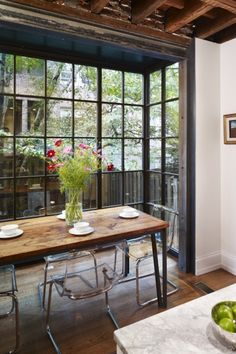 Love love love steel windows and doors. For Dinner With a View: Floor-To-Ceiling Bay Windows Dining Room Inspiration Beautiful though clear chairs are not flattering to anyone's tush Dining Corner, Dining Area, Dining Table, Barn Table, Ikea Dining, Communal Table, Slab Table, Diy Table, Floor To Ceiling Windows