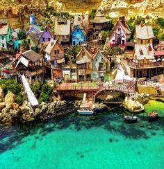 【ポパイ村 マルタ島】メーリッハ湾から近くにあるポパイ村。ロビン・ウィリアムスが主演の映画、「ポパイ」の撮影が行われた町のセットが、そのまま保存されている場所。映画は観たこともなかったけれど、可愛らしい街とどこまでも青く透き通る美しい海が印象的。 Popeye Village, Malta