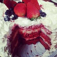 Red Velvet com trufa de chocolate branco e geleia de frutas vermelhas! lol