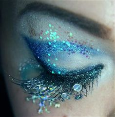 Another make up idea for Halloween for someone. Beautiful sparkly eye Make-up. Dew drops & fairy glitter, plus gorgeous peacock colors & iridescence. Mermaid Eyes, Mermaid Makeup, Fairy Makeup, Mermaid Glitter, Mermaid Hair, Maquillaje Halloween, Halloween Makeup, Costume Halloween, Make Up Yeux