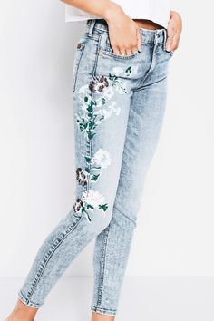 7 For All Mankind Ankle Skinny With Hand Painted Floral In Radiant Wythe - 25 Light Blue Painted Jeans, Painted Clothes, Hand Painted, Casual Outfits, Summer Outfits, Cute Outfits, Pretty Outfits, Denim Look, Look Boho