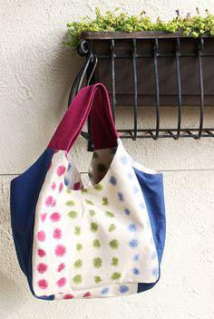 実物大型紙【No.3169】広幅マチと手紐のたっぷりバッグ(S・M) Fabric Crafts, Sewing Crafts, Diy Bags No Sew, Japanese Bag, Fabric Handbags, Linen Bag, Purse Patterns, Handmade Bags, Bag Making