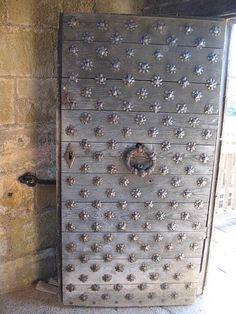 Porte d'entrée du pont-levis LE CHÂTEAU DE HAUTEFORT.COM, 3) PORTRAITS DES ARCHITECTES DE HAUTEFORT, 1: NICOLAS RAMBOURG, f: Par son mariage avec Jeanne Goumard, vers 1595, il est introduit au sein de la bourgeoisie locale. Et, par ses talents d'architecte, d'ingénieur militaire et de décorateur, il se construit une solide réputation. C'est au château de Hautefort, et non chez lui à La Genébre, qu'il décède en 1649 à l'âge de 90 ans.