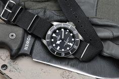 Véritable accessoire de mode, décliné dans toutes les couleurs et toutes les tailles, le bracelet NATO a envahi les poignets des amateurs de montres soucieux de donner un ... Lire La suite