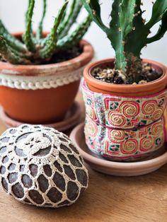 Enfeitando vasos e pedras | Poésie green dans la maison bohème de la créatrice de Sessùn