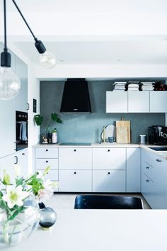 Blågrønt kjøkken fra Ikea Ikea Kitchen, Kitchen Dining, Kitchen Cabinets, Wall Colors, Interior Architecture, Living Room Decor, Kitchens, Household, New Homes