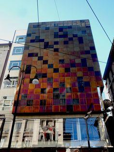 Facciata di un palazzo in via Torino, Milano