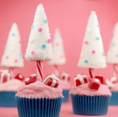 Try one of these festive Christmas cupcakes for dessert this holiday season! There are peppermint, gingerbread, eggnog flavored cupcakes. Cute Christmas Desserts, Christmas Cupcakes Decoration, Christmas Tree Cupcakes, Gingerbread Cupcakes, Candy Cane Christmas Tree, Holiday Desserts, Christmas Treats, Beach Christmas, Pink Christmas