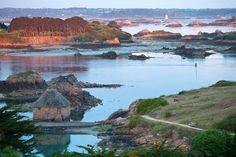 """Bréhat - Van het vasteland gescheiden door een zee-engte, ligt met de boot op slechts tien minuten van de Pointe de l'Arcouest. Een eiland, dat door de verscheidenheid aan flora en de schoonheid van haar landschap is omgedoopt tot """"île aux fleurs"""" (bloemeneiland). De Gulf Stream zorgt dat deze mooie plek het hele jaar door beschikt over een echt microklimaat. Gun uzelf een hele dag om de charmante huizen en ruige baaien te ontdekken. En vergeet de auto er is geen gemotoriseerd verkeer."""