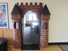 Medieval Day at School - Faschingsdeko Basteln Castle Theme Classroom, Classroom Door, Classroom Themes, Art School, Sunday School, Medieval Party, Medieval Crafts, Preschool Door, Castle Doors