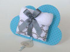 Lembranicnha super bacana para Maternidade: Toalhinha na embalagem de Nuvem!!!    --- Chevron cinza com nuvenzinhas brancas e placa azul de poá cinza ---    A placa nuvem mede 17 x 11,5 cm e é feita em papelão revestido em tecido, possui verso branco.  Toalhinha tem as dimensões aproximadas de 40...