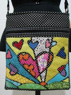 Bolsa em tecido 100 % algodão <br>Com aplique de releitura de Romero… Bag Quilt, Textiles, Embroidery Applique, Purses And Bags, Sewing Projects, Patches, Quilting, Pouch, Tote Bag