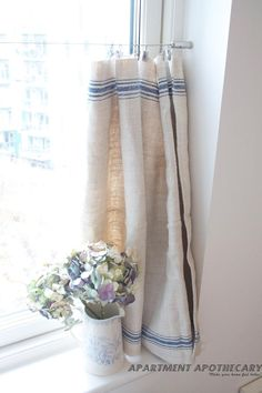 How to make a no-sew curtain from an grain sack.....i can buy a fabric look-a-like from spotlight!!
