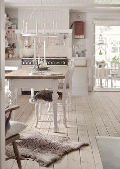 Ett utmärkande drag för shabby chic som inredningsstil är färgen vitt i olika nyanser, på allt från väggar, golv och tak till möbler. På 1600-talsgården Kulla viskar historien i varenda vrå, och gården är varsamt renoverad i traditionellt romantisk shabby chic-stil.