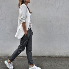 •Veste @looknatamelie sur natamelie.fr •Pantalon @Dee •Top Maje @maje_bastia (ancienne co) •Baskets #stansmith