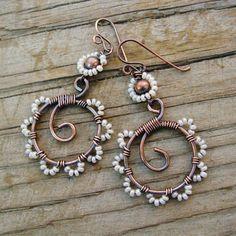 Filo - orecchini a cerchio seme perlinata bianco perlato - danza di perlina avvolto cerchi di rame anticati con petali di perline