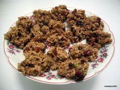 Una deliciosa receta vegana que se realiza en un abrir y cerrar de ojos http://www.cheekymuffin.com/2013/06/galletas-de-copos-de-avena-con-pistachos-y-pasas-vegan/?lang=es
