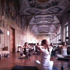 Nulla di meglio di una sala ricca di storia e arte e di una intensa seduta di #kundaliniyoga per i nostri corsisti per risvegliare le energie prima di una sessione intensa di Academy! #elisamoccieventsacademy #luxuryweddings #destinationweddings #roma @hotelcolumbusroma