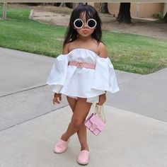 It's time to swap your chunky sweaters, puffer jackets, and all the wool winter outfits with light blouses, denim jackets, and floral dresses. Cute Little Girls Outfits, Dresses Kids Girl, Kids Outfits Girls, Baby Outfits, Baby Girl Fashion, Kids Fashion, Fashion Outfits, Moda Club, Baby Dress