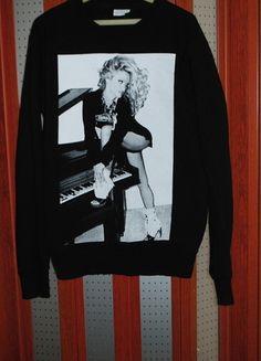 Kup mój przedmiot na #vintedpl http://www.vinted.pl/odziez-meska/bluzy/11211221-czarna-bluza-pamela-anderson-polecam