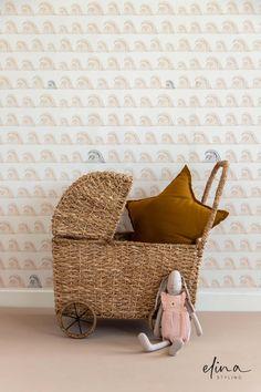 Het zijn de lieve accessoires die een meisjeskamer helemaal afmaken. Heb jij advies nodig bij het inrichten van jouw babykamer of kinderkamer? Ik help je graag met het maken van een mooie basis, waar jij en je kind jarenlang plezier van hebben.   Behang: Bibelotte   Styling: Elina Styling   Foto: Petra van der Weiden