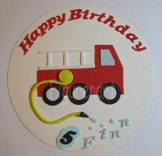 Mit diesem Tortenaufleger wird jede Geburtstagstorte zum absoluten Hingucker.  Der Aufleger besteht aus einer weißen Fondantplatte mit einem rote...